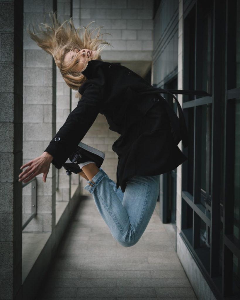 Девушка, чей прыжок преисполнен Жизни