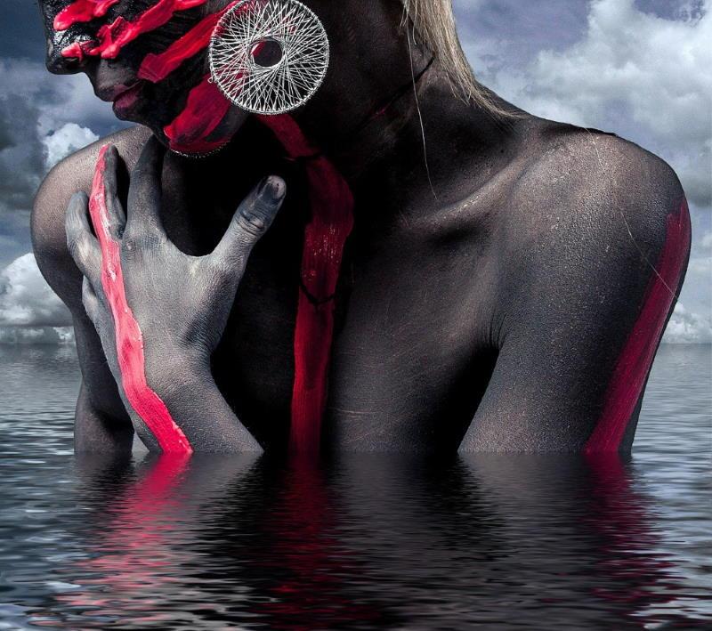 Женщина с шаманской раскраской лица и тела, погружающаяся в духовные глубины (океан)