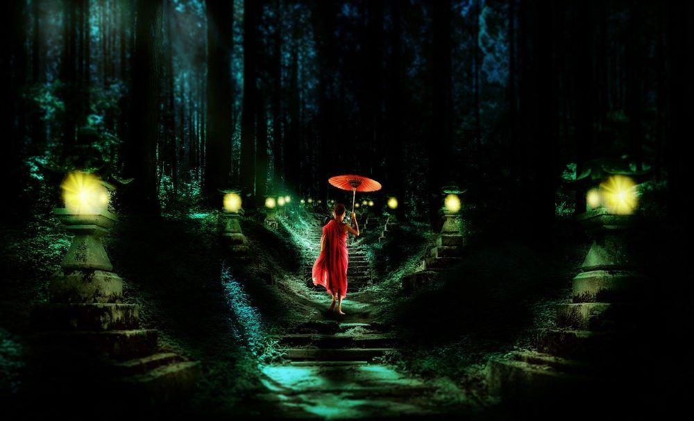 Мальчик, идущий по освещённому пути