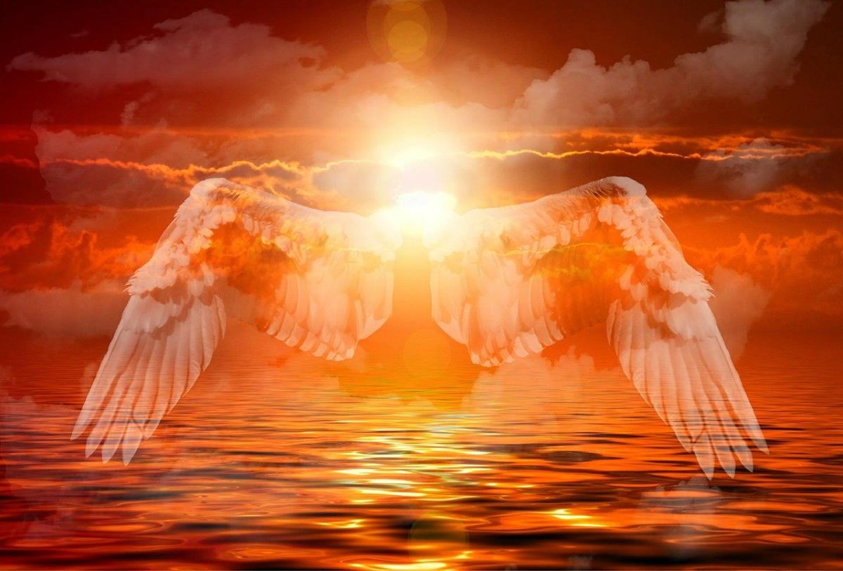 Крылья Духа над водным простором на фоне рассвета