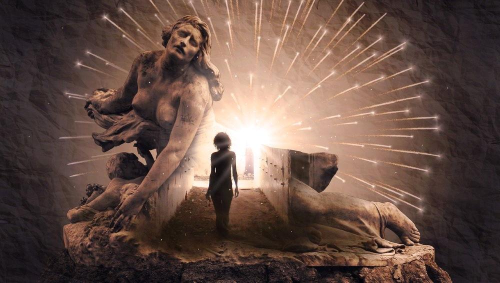 Силуэт женщины, идущей по земле к Свету