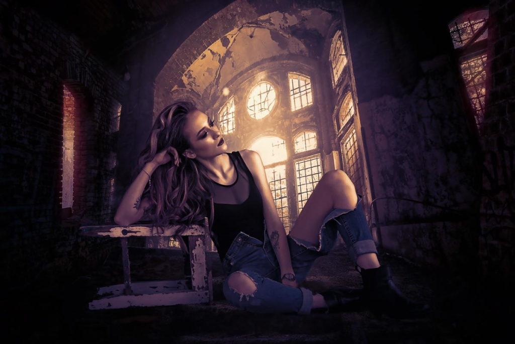 Девушка в угнетающей обстановке старого помещения