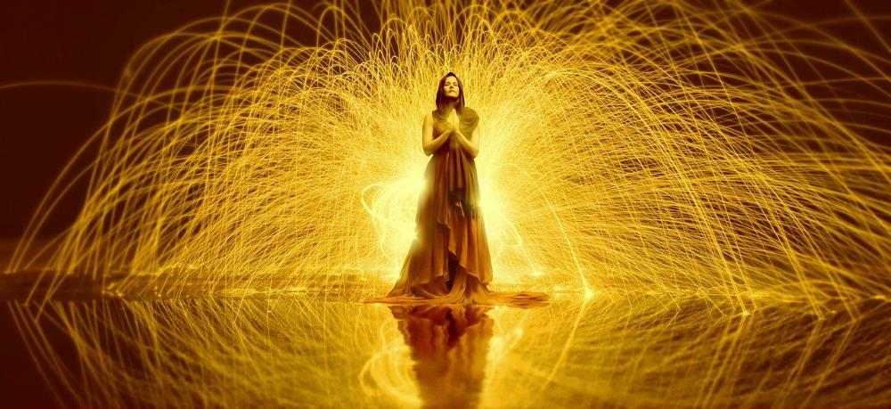 Женщина, окружённая потоками энергии