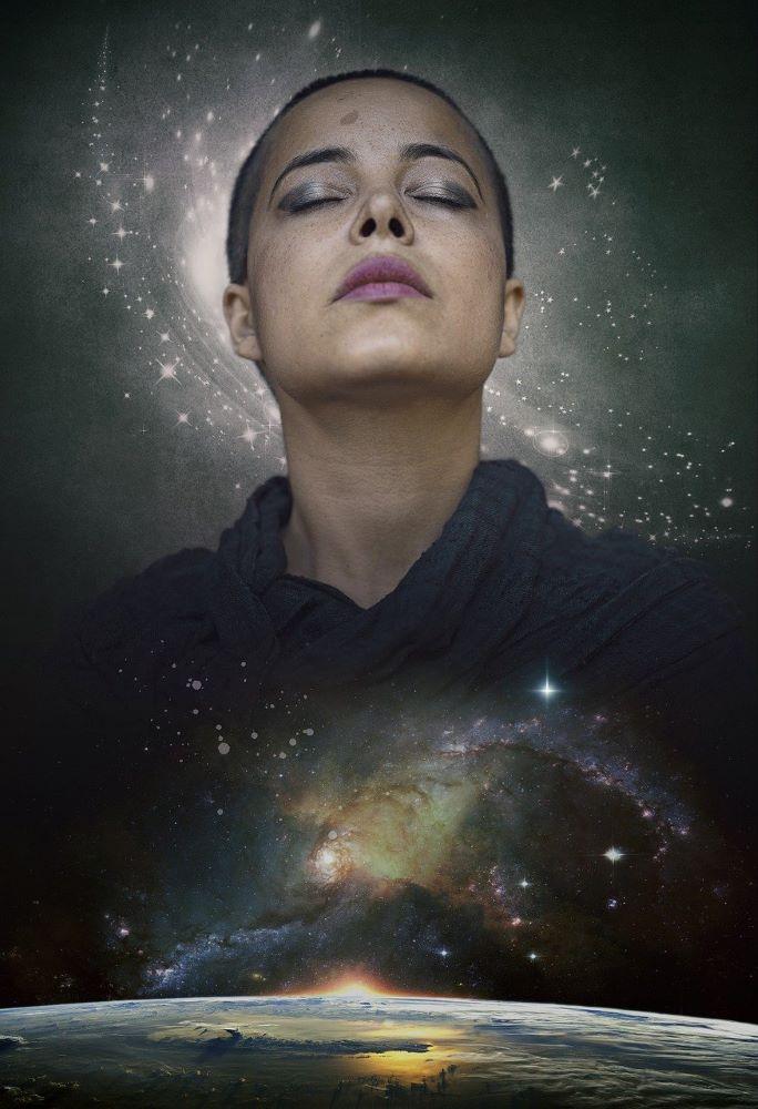 Женщина, пребывающая в покое Единения с Космосом