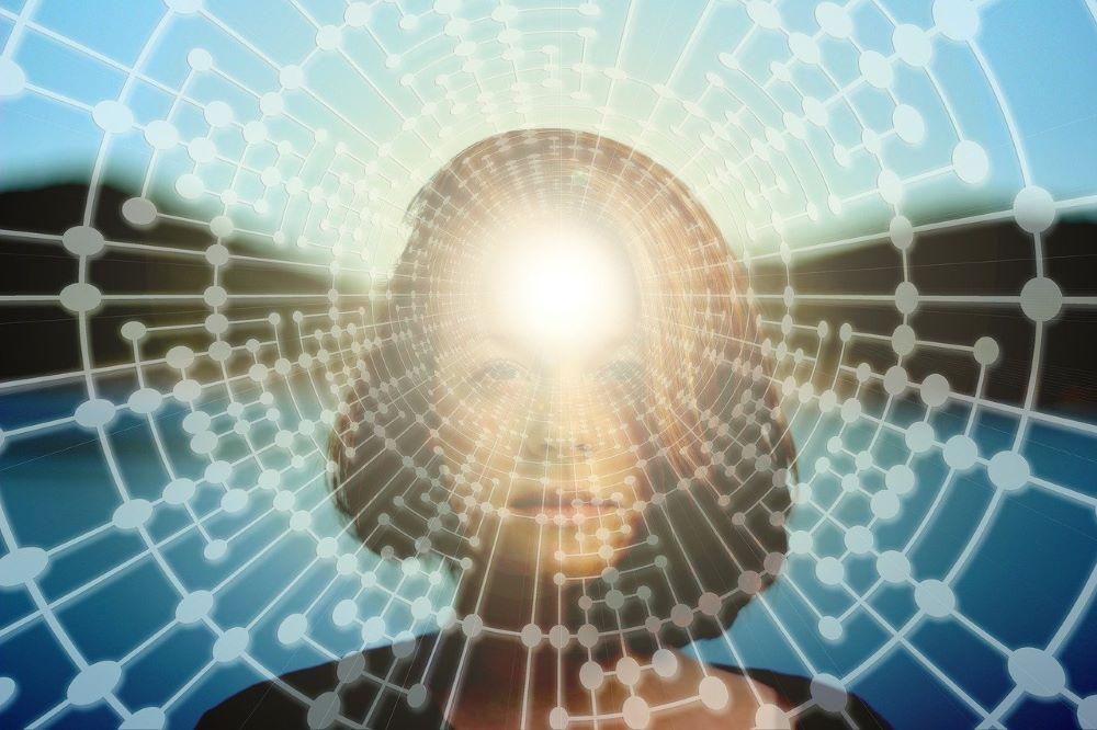 Светящаяся энергия внимания в центре лба женщины