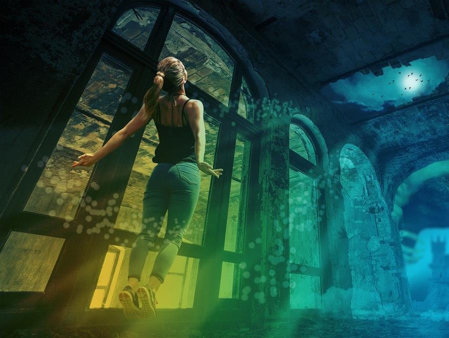 Женщина, воспаряющая посреди разрушенного здания