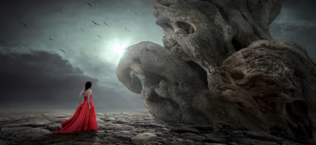Женщина в красном платье посреди запущения