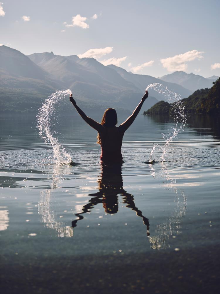 Женщина в воде, чей жест выражает радость Жизни