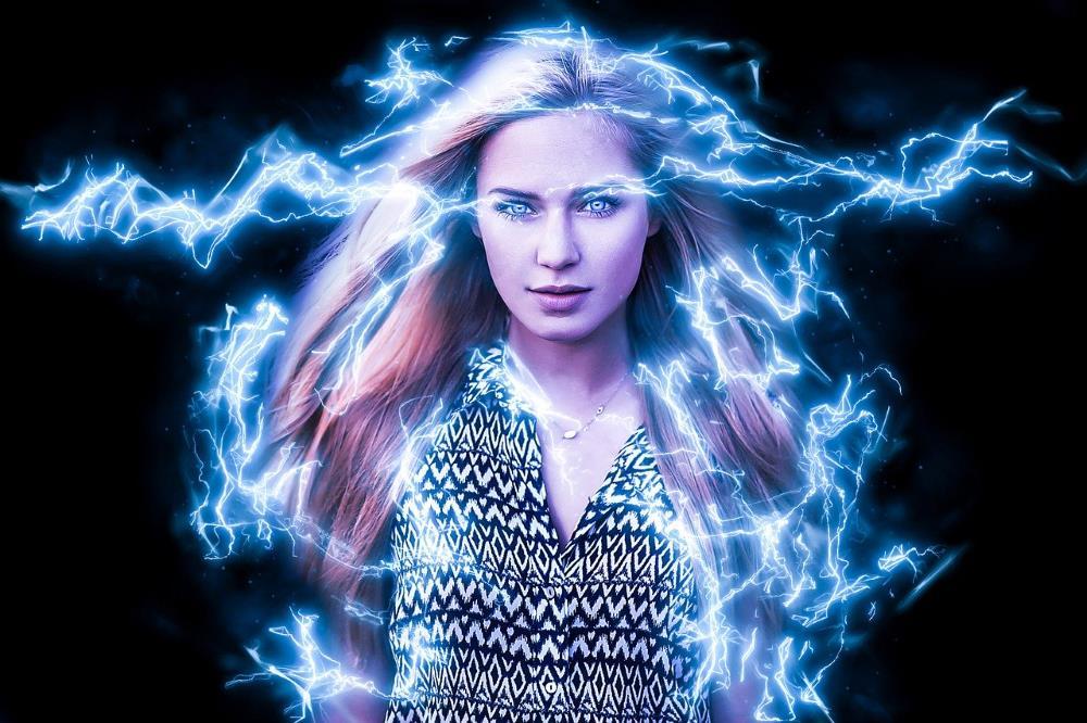 Девушка, наполняющаяся силой, пронизывающей её молниями