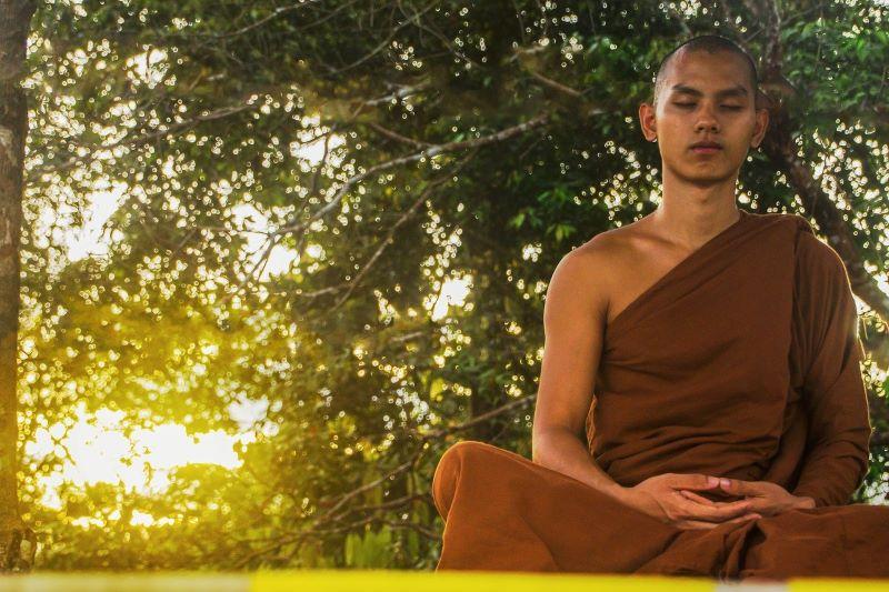 Медитирующий монах, приверженный аскезе