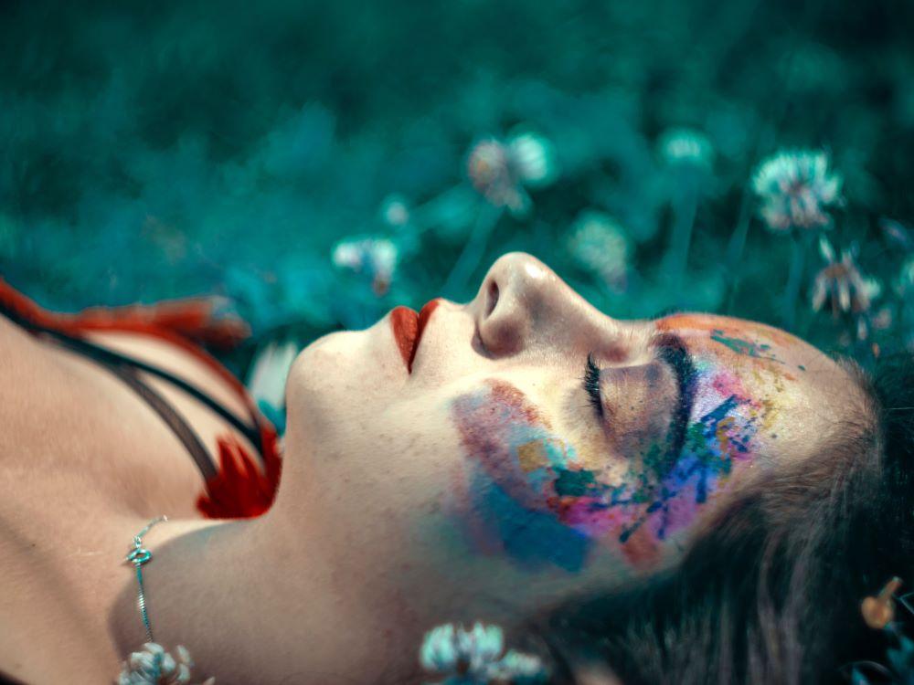 Лицо лежащей девушки в медитативном состоянии