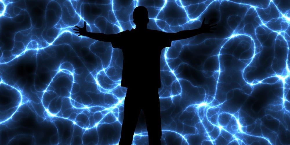 Мужской силуэт посреди потоков энергии
