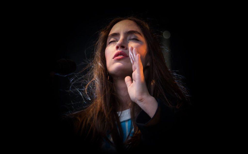 Девушка, поющая мантру