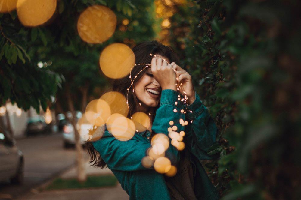 Красивая женщина улыбается, радуясь Жизни