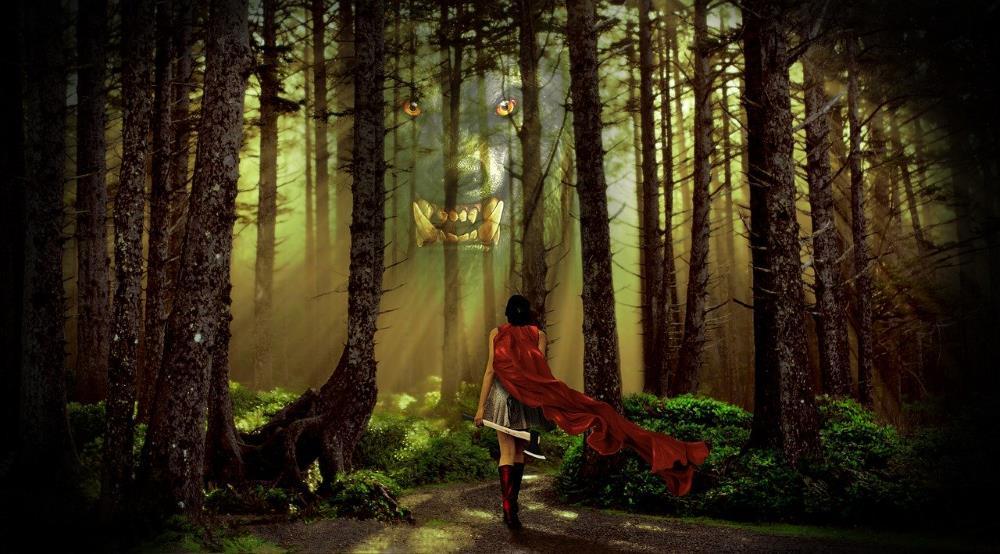 Бесстрашная воительница, идущая через лес