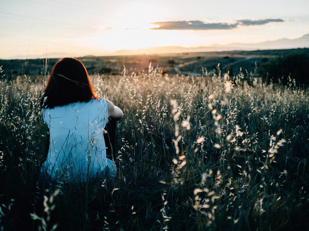 Женщина любуется красотой заката