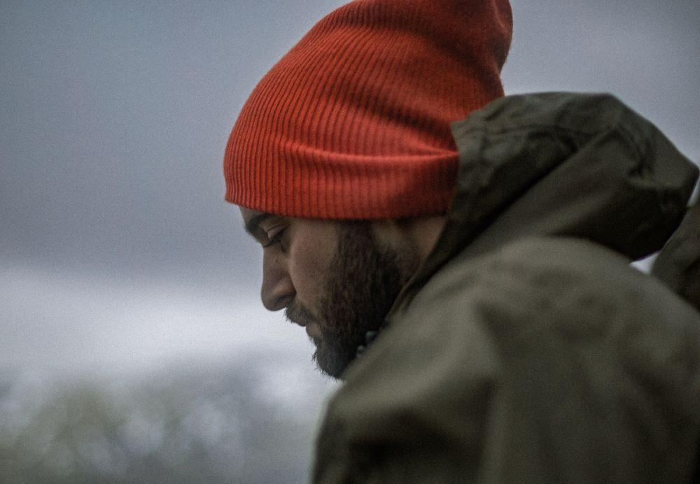 Мужчина в негативном состоянии на фоне пасмурного неба