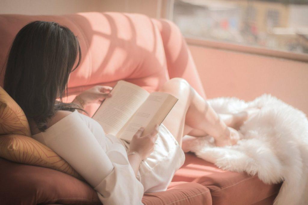 Девушка придерживается своей рутины, читая