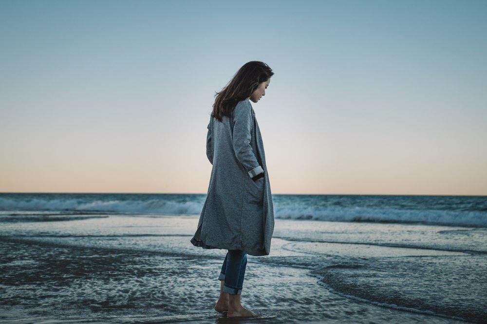 Тоскующая девушка на берегу океана