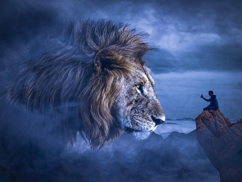 Мужчина, употребляющий алкоголь и Сила Духа в образе льва
