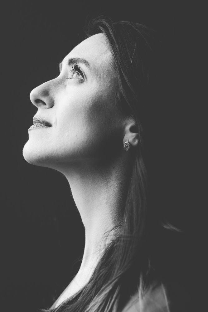 Лицо красивой женщины, озарённое верой в лучшее