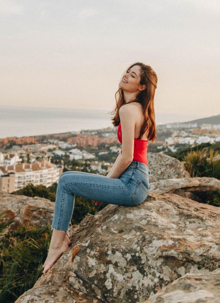 Красивая девушка наслаждается пребыванием на природе