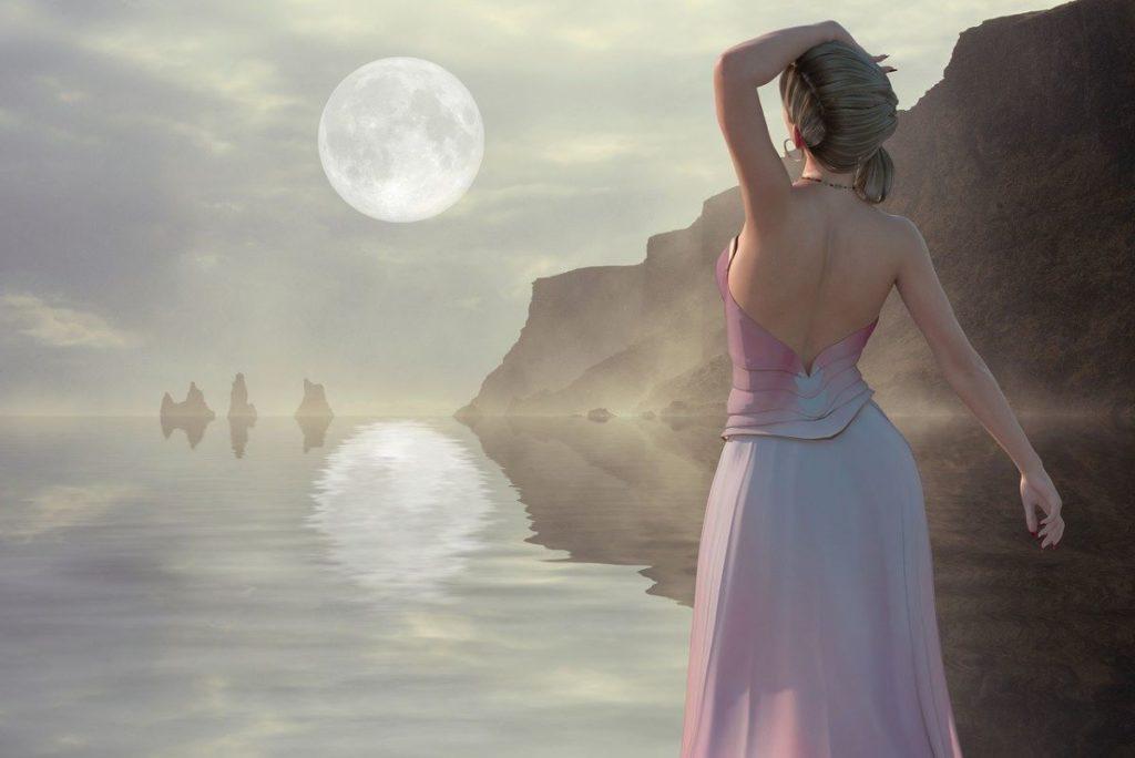 Женщина, расслабленно стоящая на фоне Океана, озарённого Луной