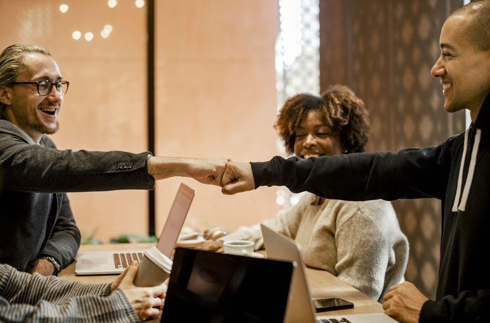 Люди, радующиеся успеху в бизнесе