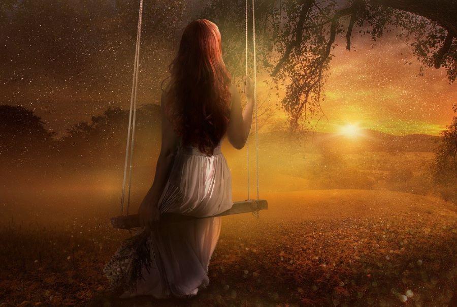 Девушка на качелях созерцает закат