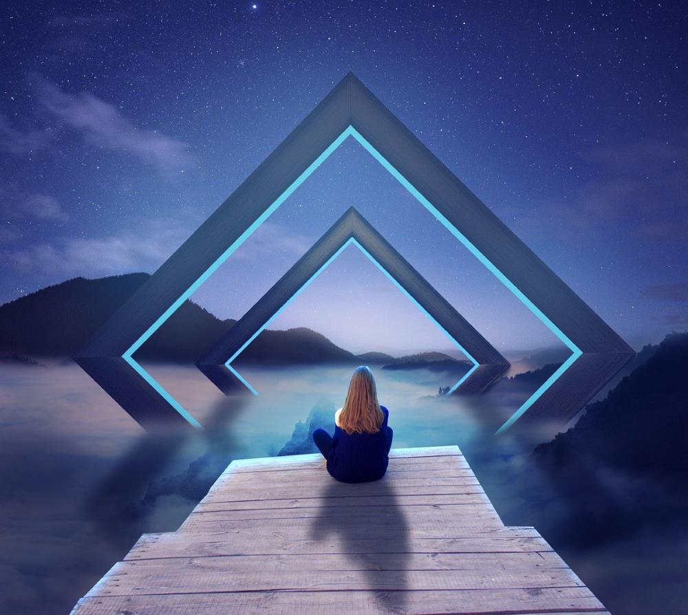 Девушка созерцает пейзаж ночью
