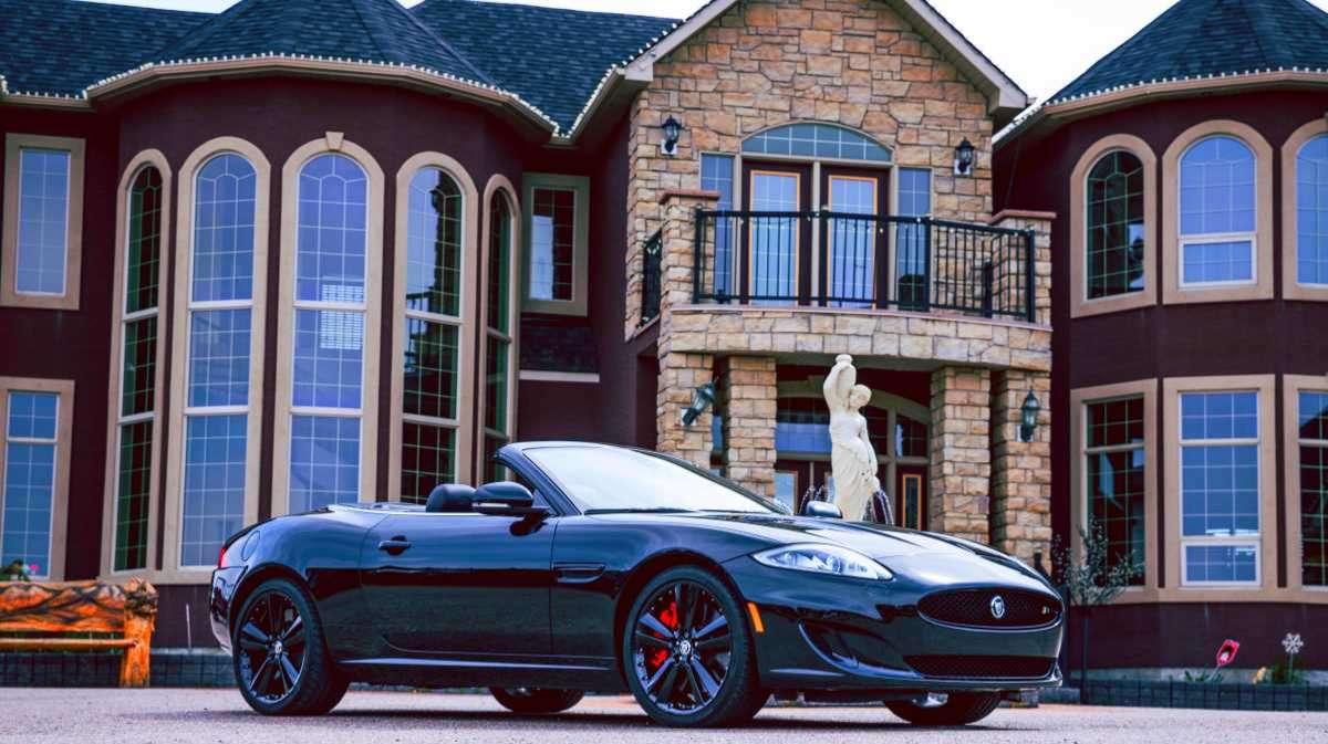 Типичные атрибуты богатства: особняк и дорогая машина