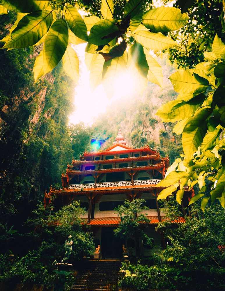 Малазийский храм на лоне природы, окружённый скалами и зеленью