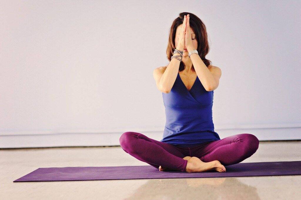 Женщина культивирует духовность в процессе медитации