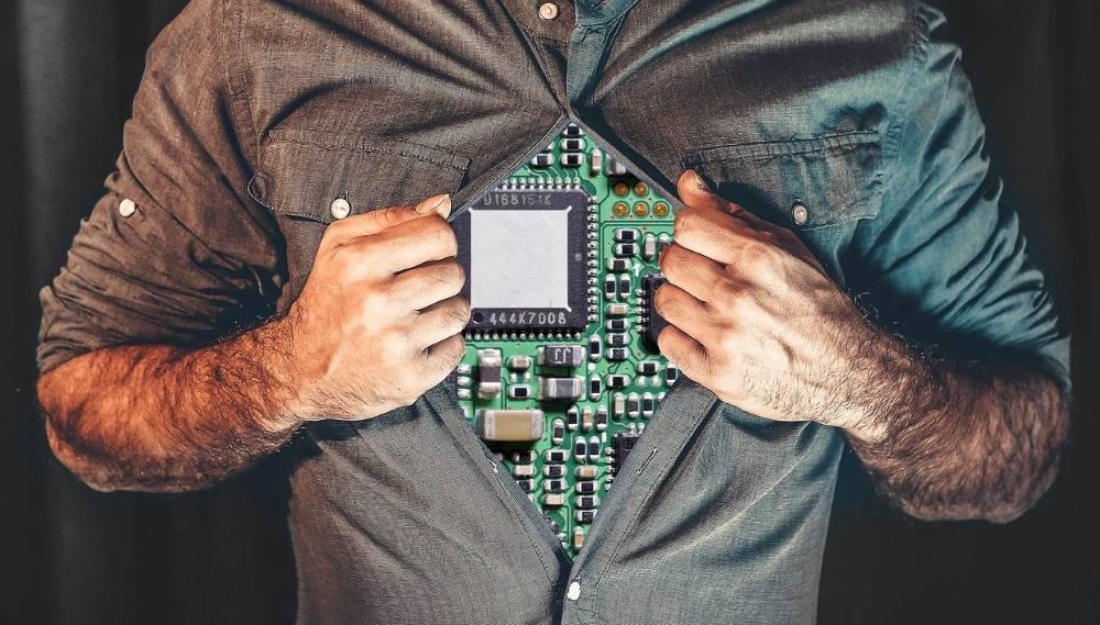 Мужчина с программируемой начинкой робота