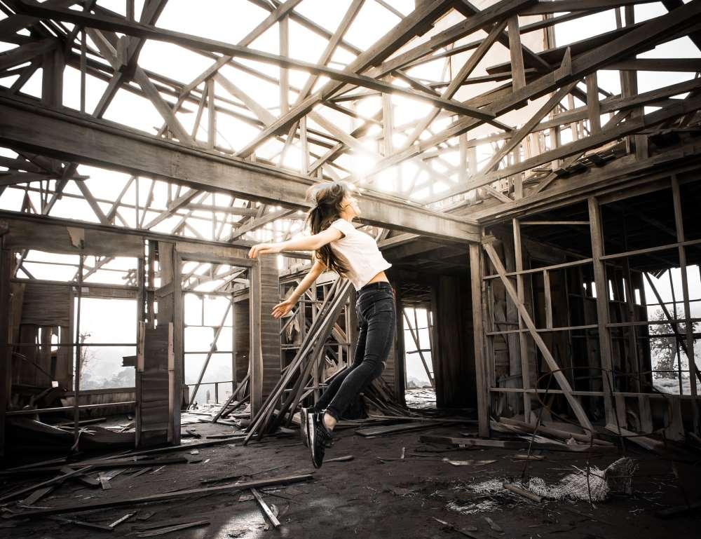 Девушка воспаряет под влиянием самопрограммирования внутри пустого дома