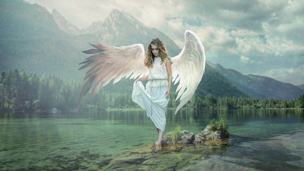 Белые крылья за спиной девушки, символизирующие её духовную природу