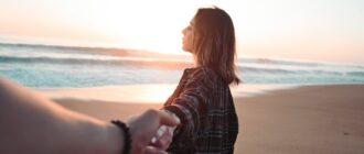 Девушка отпускает руку мужчины в момент расставания