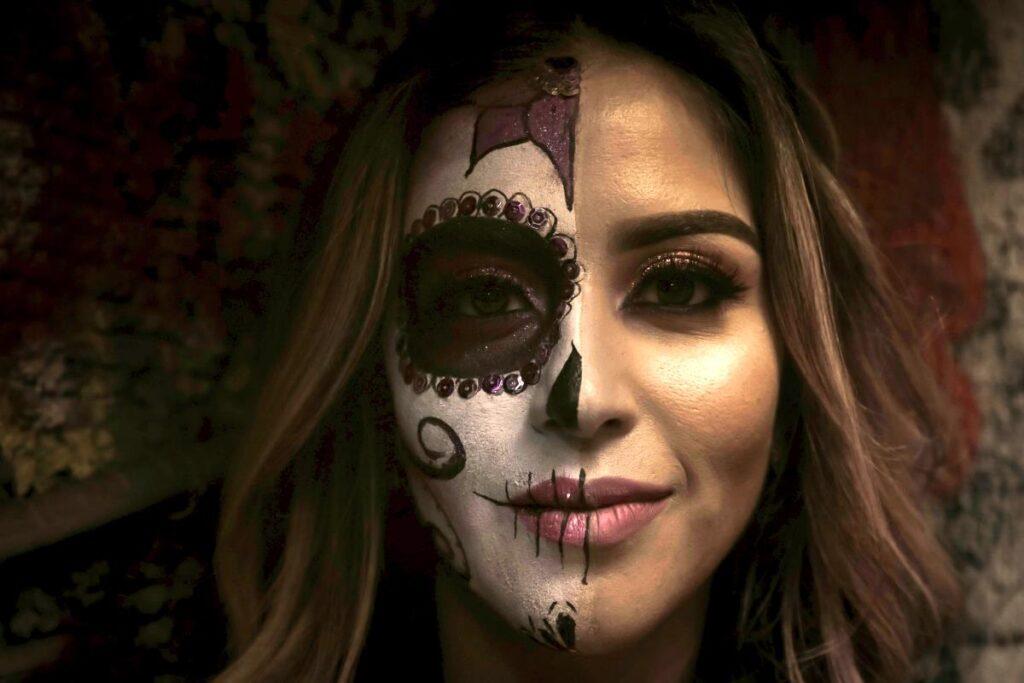 Лицо красивой женщины, раскрашенное ко дню мёртвых