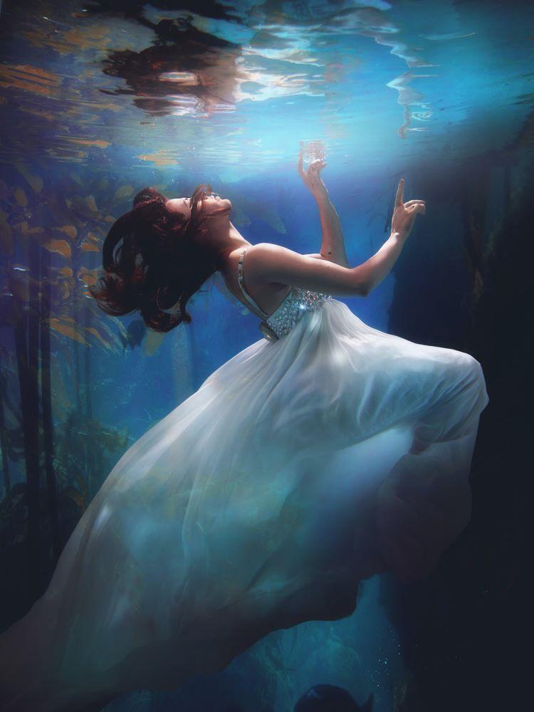 Женщина не пребывает в духе, находясь у поверхности