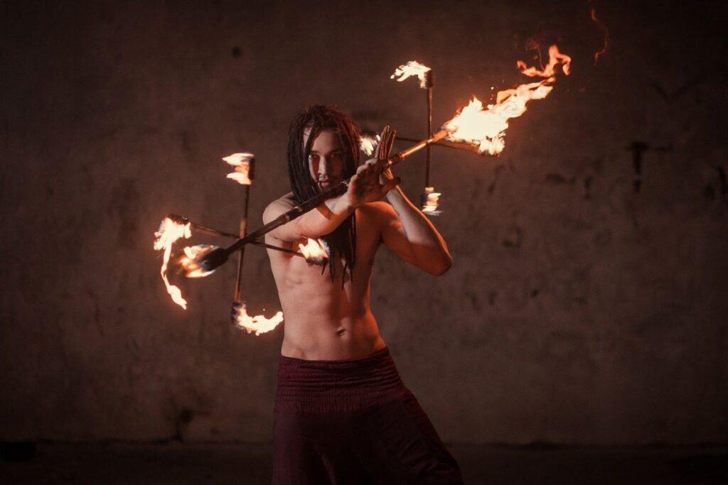 Мужчина учится быть в духе, работая с огнём