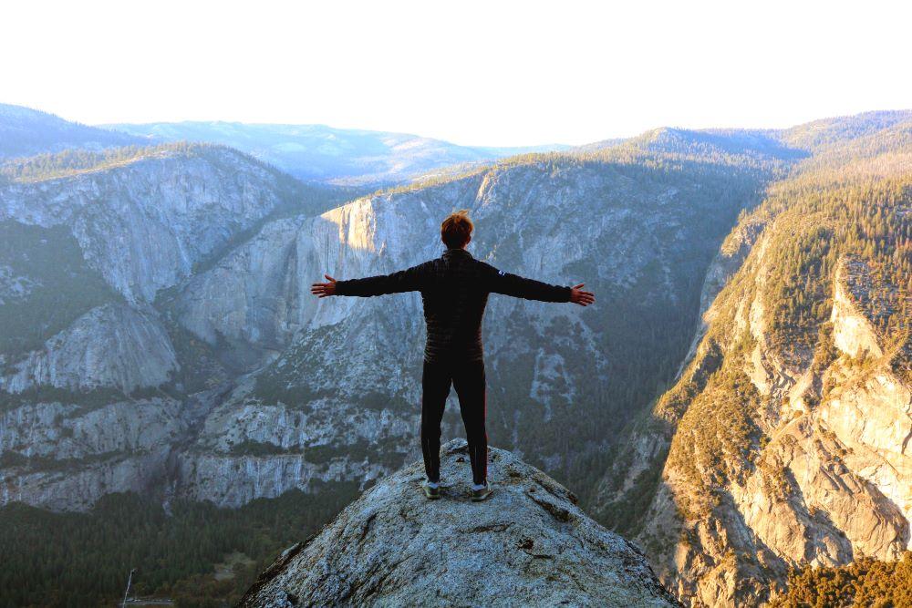 Человек посреди горного пейзажа
