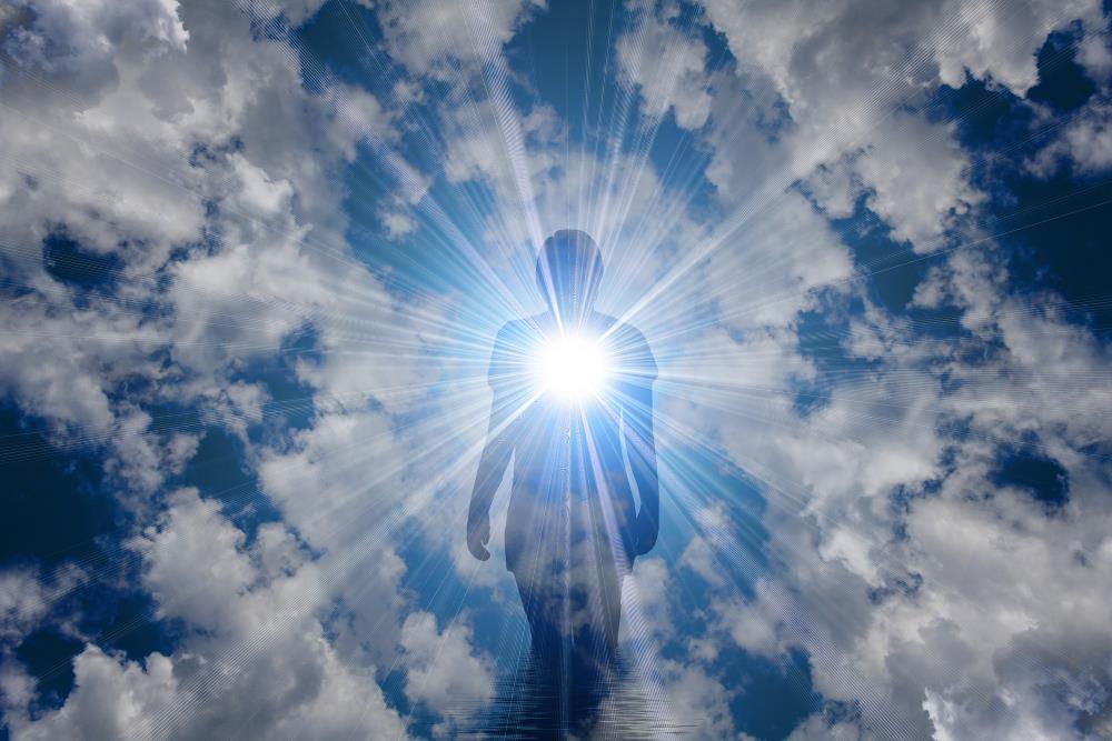 Силуэт человека, чьё сердце открытое любви, сияет светом