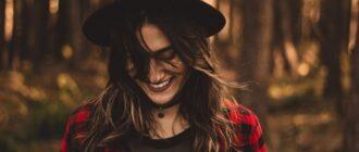 Девушка улыбается, зная, как полюбить себя