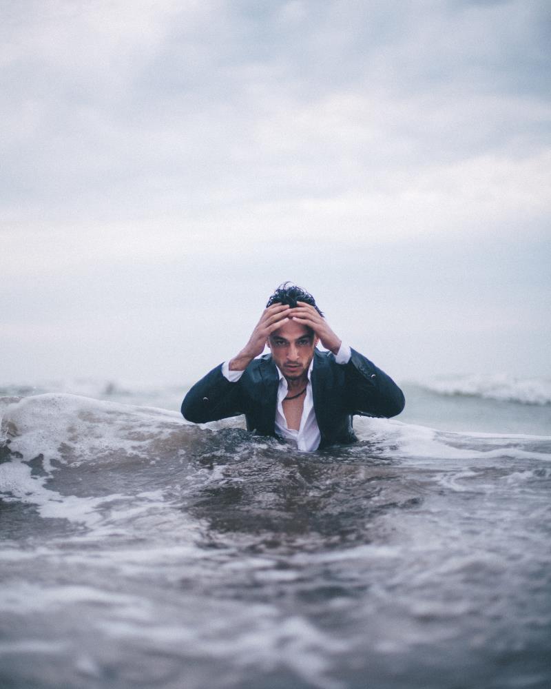 Мужчина едва не утонул в море