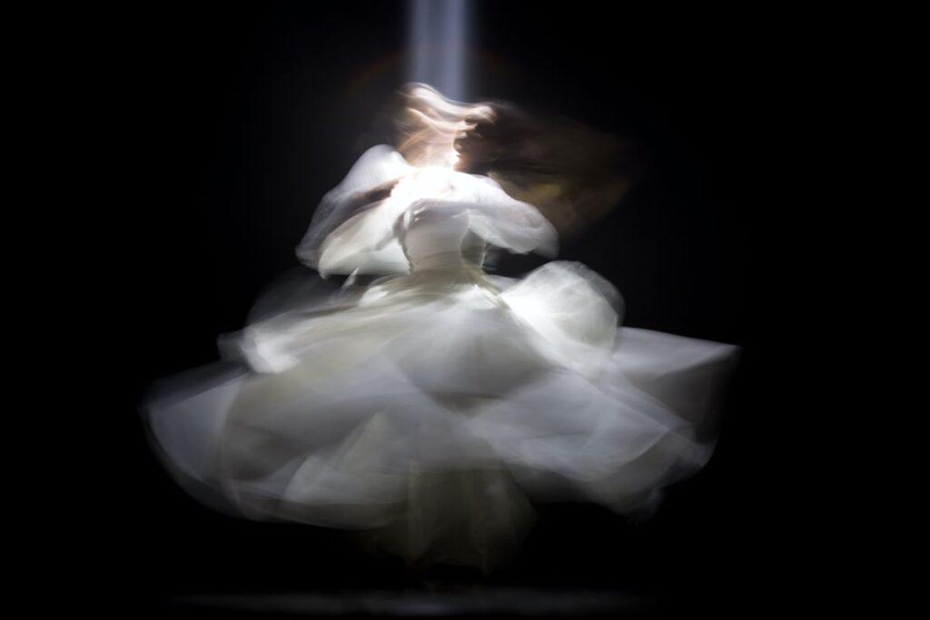 Женщина работает с эмоциями, выражая их в танце