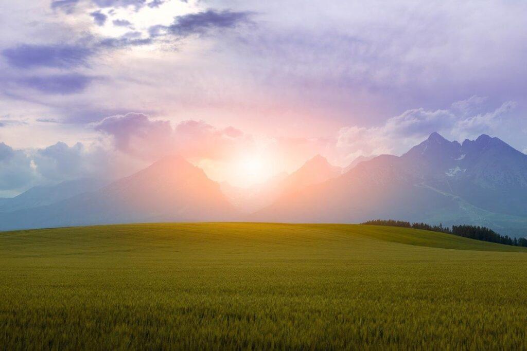 Прекрасный пейзаж: горы, заходящее солнце и облака