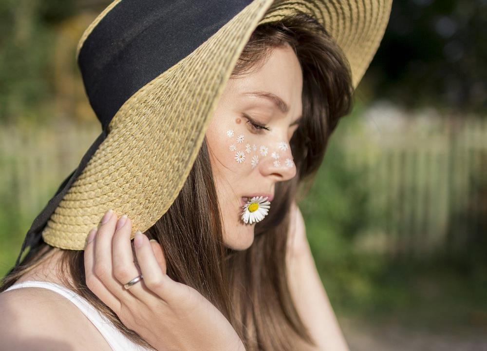 Такое впечатление, что девушка ест ромашку живьём!