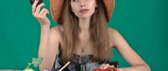Девушка-вегетарианка и овощи перед ней